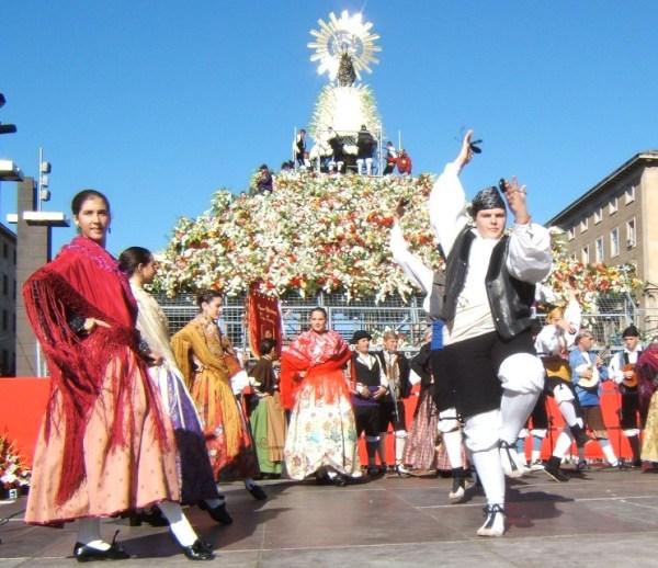 ofrenda para la Virgen del Pilar en Zaragoza
